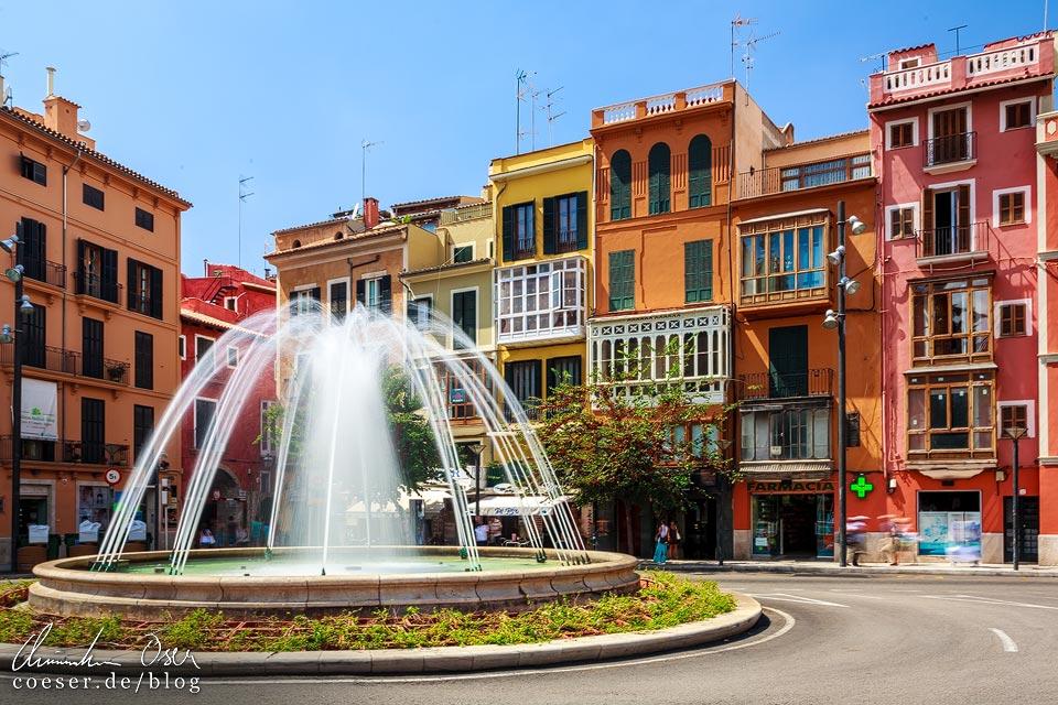 Springbrunnen und bunte Häuser auf dem Plaça de la Reina in Palma de Mallorca