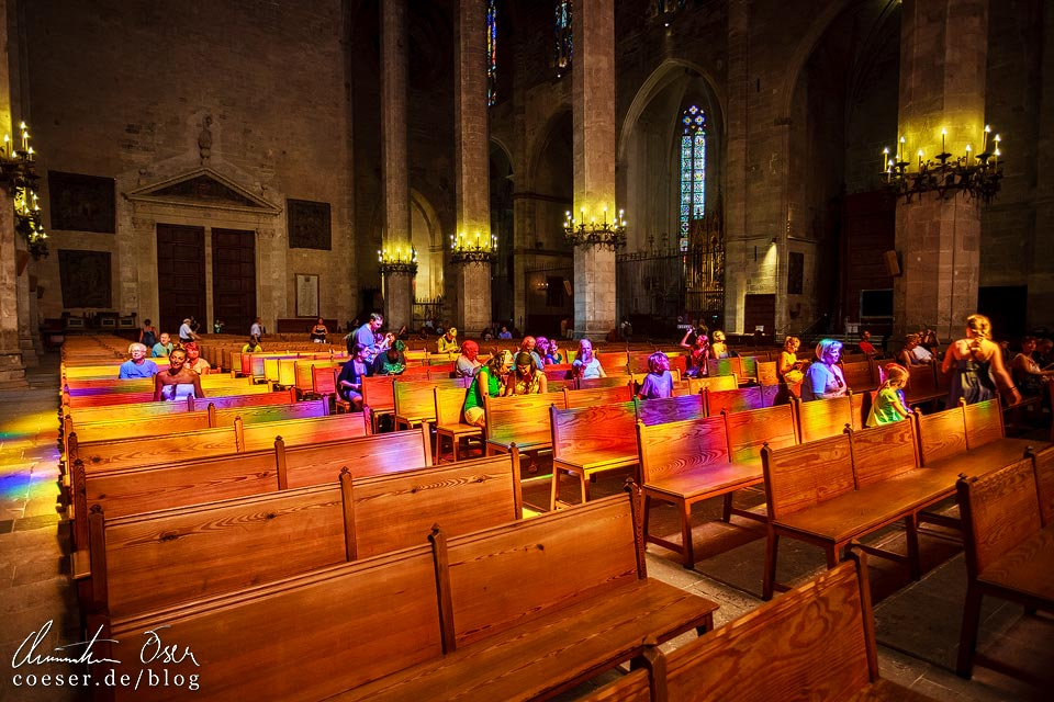 Bunter Lichtstrahl in der Kathedrale von Palma de Mallorca