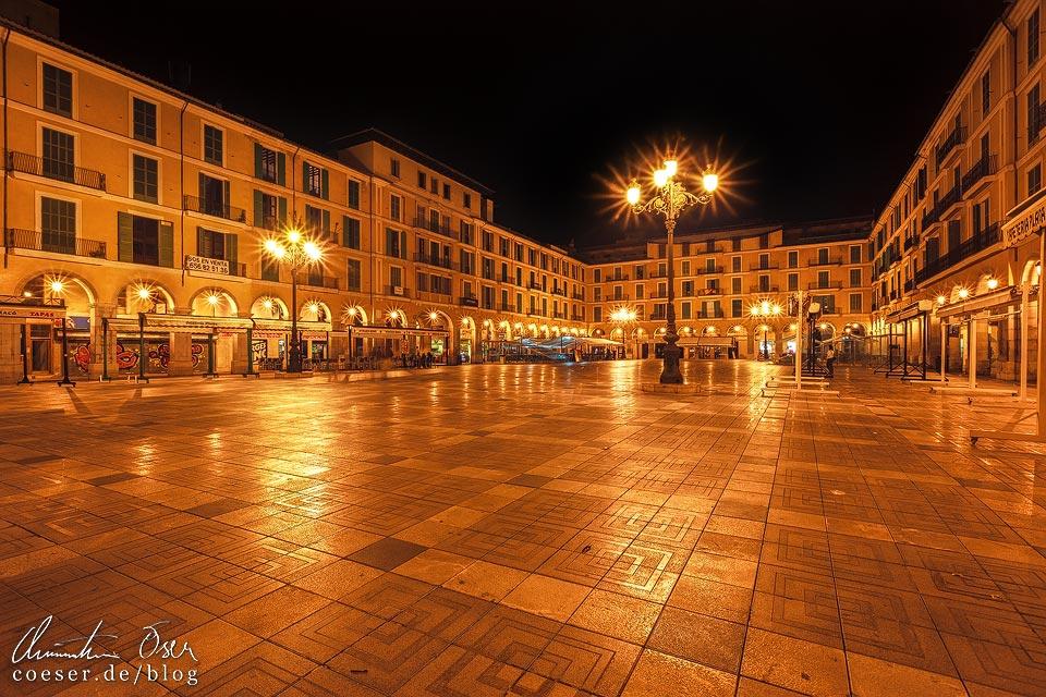 Nachtaufnahme des beleuchteten Plaça Major in Palma de Mallorca