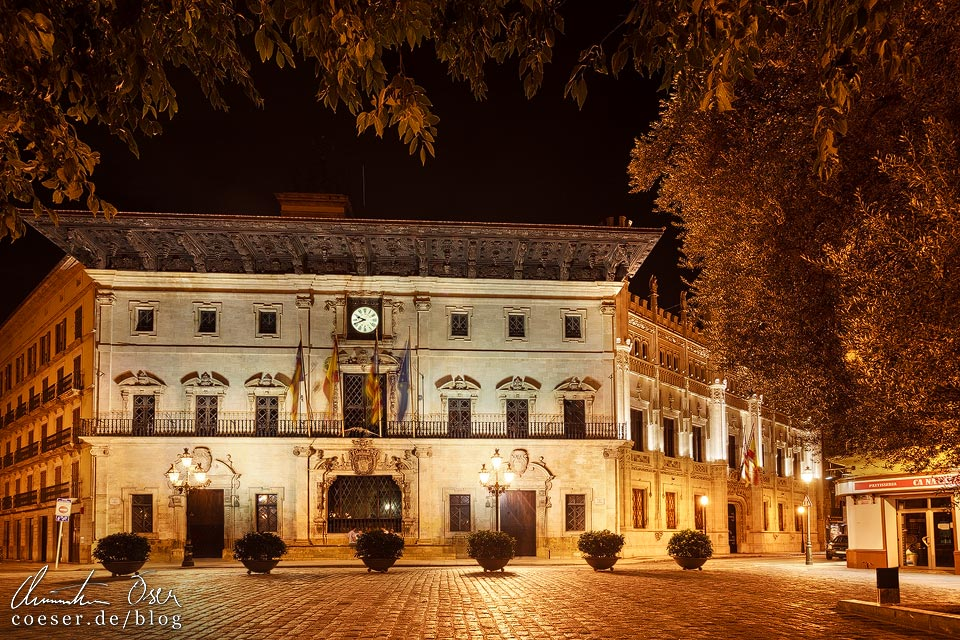 Beleuchtetes Rathaus (Ajuntament) von Palma de Mallorca