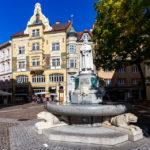 Spanheimerbrunnen und ein historisch wunderschönes Haus in der Altstadt
