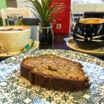 Kaffee und ein Bananenkuchen im Katzencafé Cat'n'Coffee
