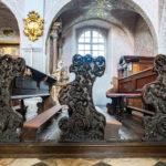 Reich verzierte Bänke im Klagenfurter Dom
