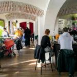 Innenansicht des Hafenstadt Urban Area Cafés in Klagenfurt