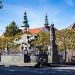 Der Lindwurmbrunnen, im Hintergrund die Türme des Landhaus