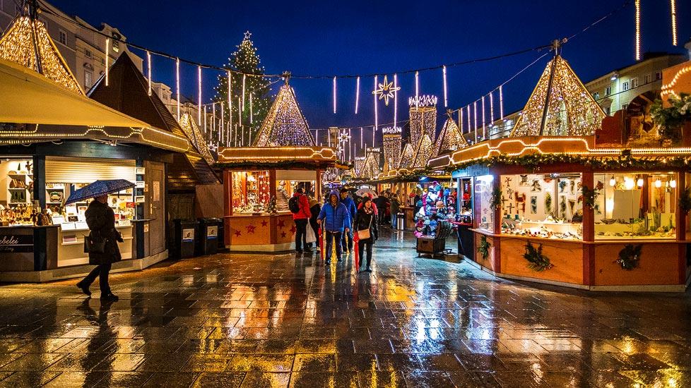 Der beleuchtete Christkindlmarkt in Linz