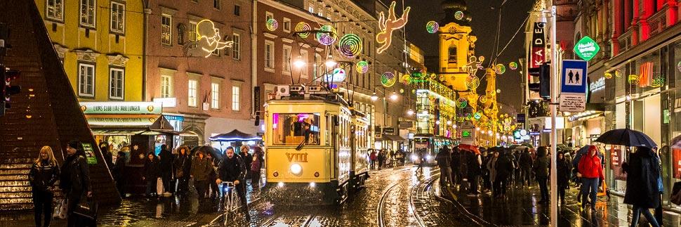Historische Pöstlingbergbahn in der weihnachtlich beleuchteten Linzer Landstraße