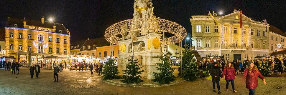 Weihnachtlich beleuchtete Gebäude auf dem Hauptplatz in Baden bei Wien