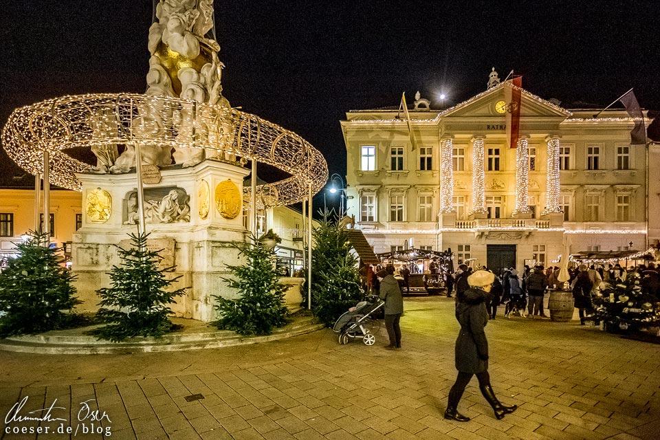 Weihnachtsmarkt auf dem Hauptplatz beim Advent in Baden bei Wien