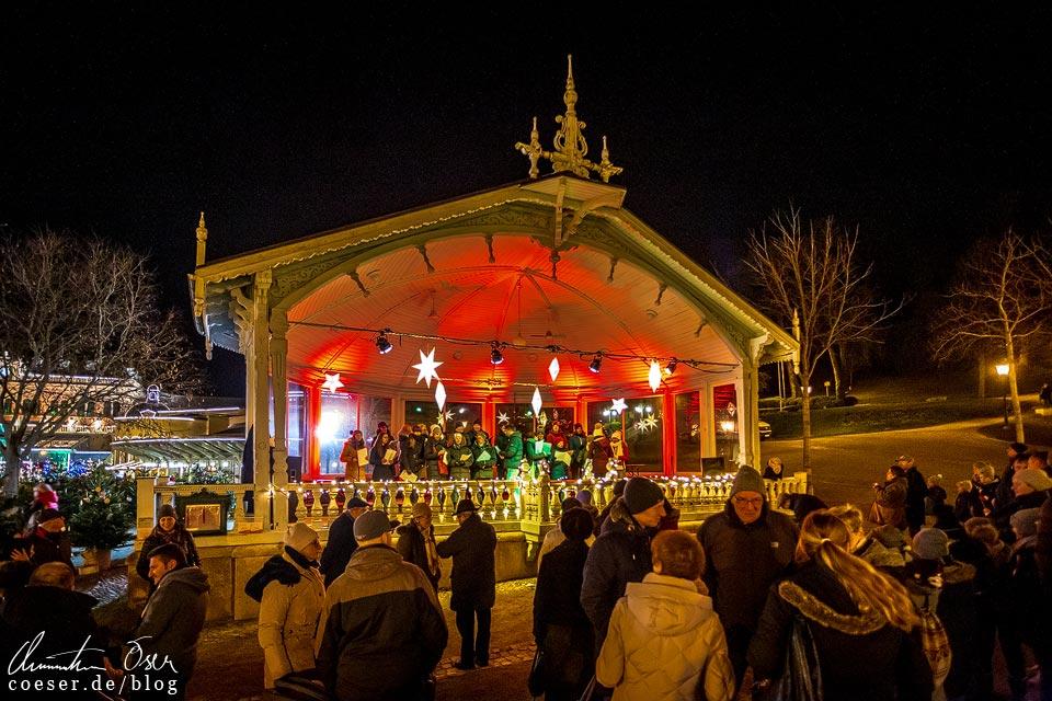 Musikpavillon im Weihnachtsmarkt im Kurpark beim Advent in Baden bei Wien