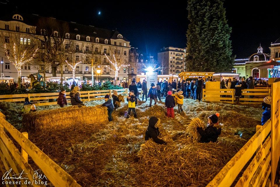 Strohspielplatz auf dem Weihnachtsmarkt im Kurpark beim Advent in Baden bei Wien