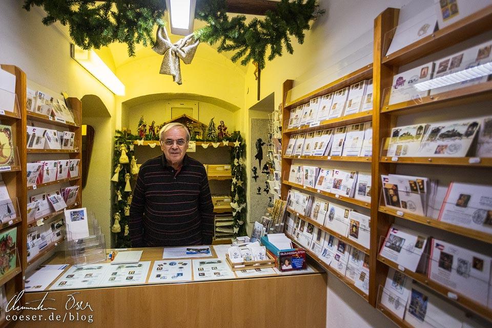 Philatestist Helmut Brandtner im Christkindl-Laden neben der Wallfahrtskirche Christkindl, Steyr