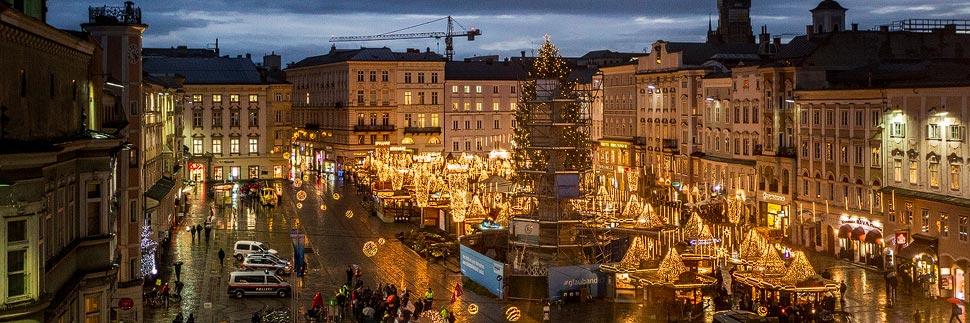 Der beleuchtete Christkindlmarkt auf dem Hauptplatz in Linz