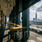 Barbereich und Terrasse im citizenM Tower of London Hotel
