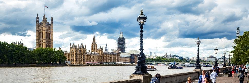Blick auf den Westminster Palace und die Themse in London