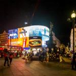 Leuchtreklame und Eros-Brunnen auf dem Picadilly Circus in London