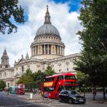 Rote Busse vor der St Paul's Cathedral