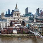 Blick auf die St Paul's Cathedral von der Aussichtsplattform des Tate Modern aus gesehen