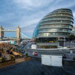 Das Rathaus (City Hall) und die Tower Bridge in London