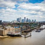 Ausblick von der Tower Bridge auf die Wolkenkratzer von Canary Wharf