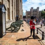 Royal Guards vor dem Eingang zu den Kronjuwelen im Tower of London