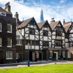 Alte Fachwerkhäuser im Tower of London