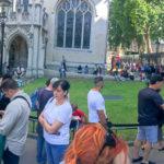 Warteschlange vor der Kirche Westminster Abbey in London
