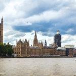 Außenansicht des Palace of Westminster mit eingerüstetem Big Ben