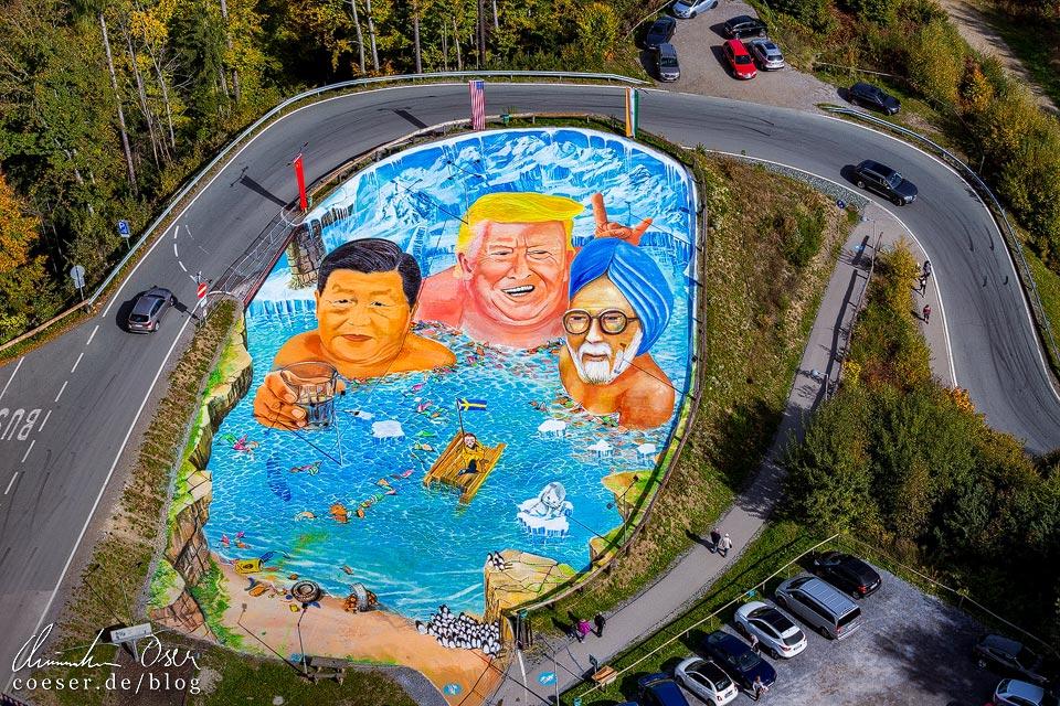 3D-Kunstwerk mit Trump, Xi, Modi und Thunberg vor dem Aussichtsturm Pyramidenkogel nahe Klagenfurt am Wörthersee