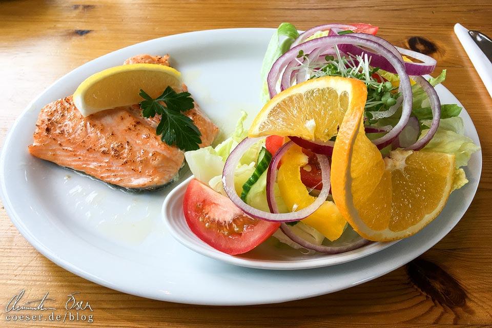 Lachsfilet mit Salat im Shorehouse Restaurant auf Handa Island in Schottland
