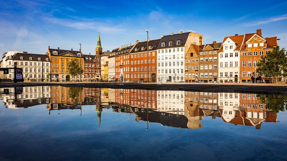Spiegelung der bunten Häuserzeile Nybrogade in Kopenhagen