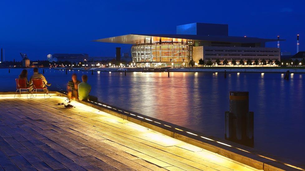 Menschen entspannend vor der beleuchteten Oper von Kopenhagen