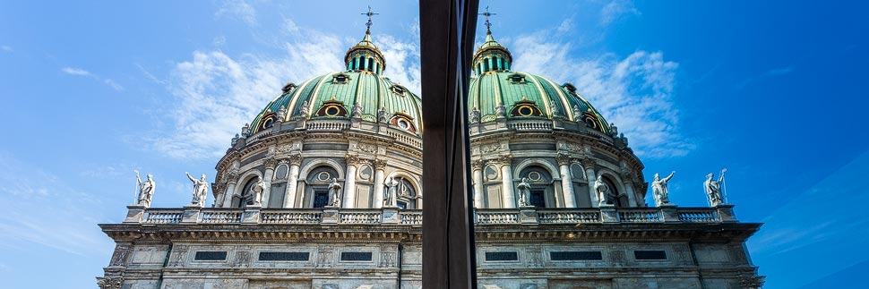 Spiegelung der Frederiks Kirke in Kopenhagen