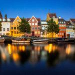 Beleuchtete bunte Häuserzeile Christianshavn in Kopenhagen