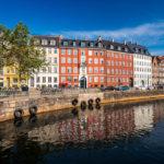 Bunte Häuserzeile an der Promenade Nybrogade in Kopenhagen