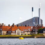 Altes Hafengebäude und die moderne Müllverbrennungsanlage während einer Kanalrundfahrt durch Kopenhagen