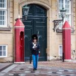 Wache vor dem Schloss Amalienborg in Kopenhagen
