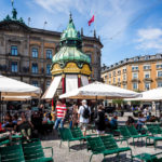 Der Kiosk Square Balls auf dem Platz Kongens Nytorv in Kopenhagen