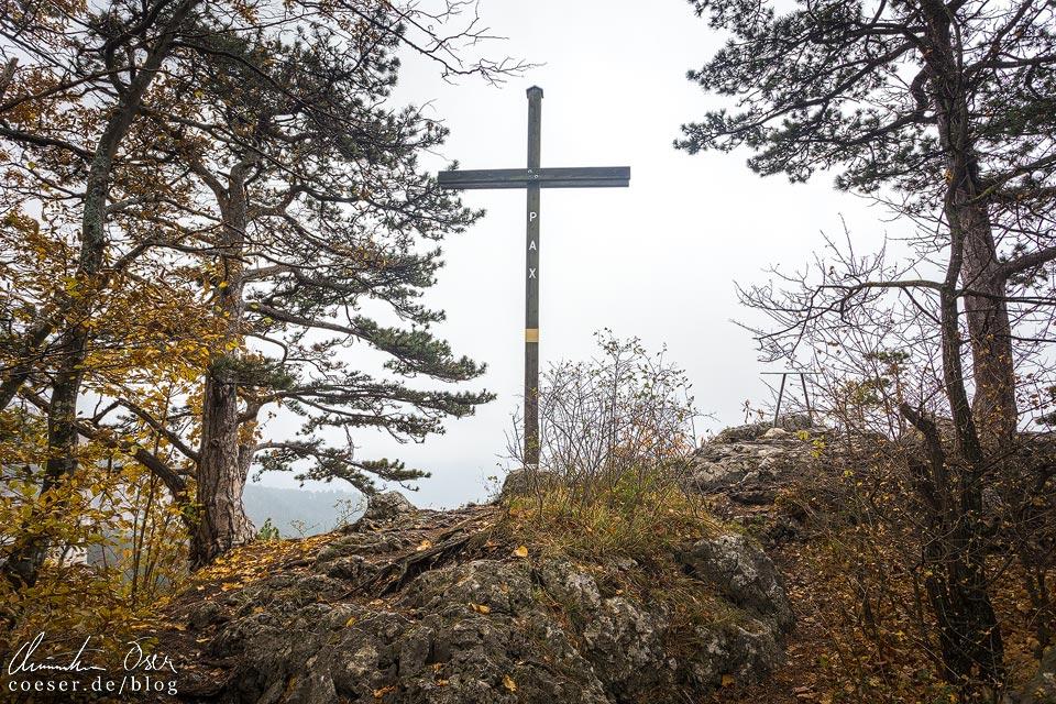 Gipfelkreuz auf dem Wanderweg zum Hausstein entlang der Myrafälle
