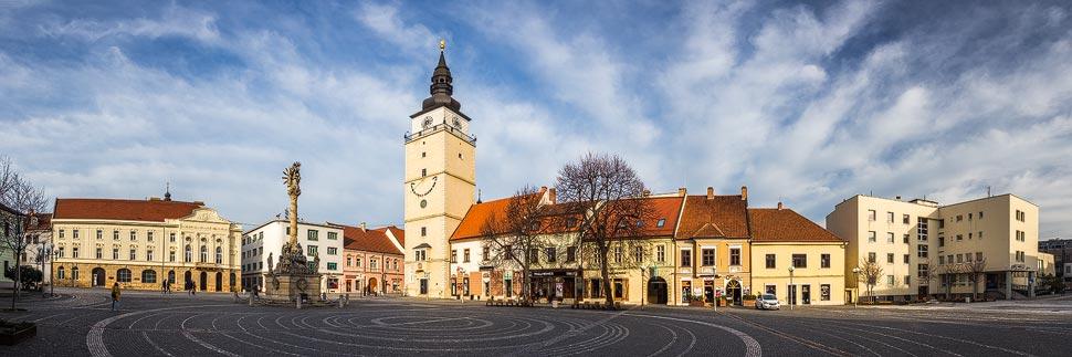Panorama des Dreifaltigkeitsplatzes mit Stadtturm in Trnava