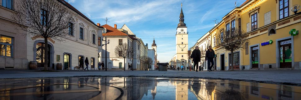 Fußgängerzone Hlavná und Stadtturm in Trnava
