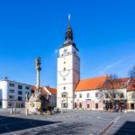 Der Dreifaltigkeitsplatz mit Dreifaltigkeitssäule und Stadtturm in Trnava