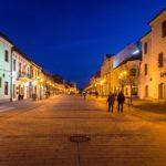 Beleuchtete Fußgängerzone Hlavná in Trnava