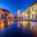 Beleuchtete Fußgängerzone Hlavná und der Stadtturm von Trnava
