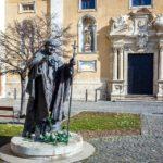 Statue von Papst Johannes Paul II. vor der Kathedrale des heiligen Johannes des Täufers