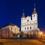 Beleuchtete Kathedrale des heiligen Johannes des Täufers