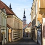 Blick von den Gassen der Altstadt von Trnava in Richtung Stadtturm