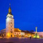 Der beleuchtete Stadtturm von Trnava