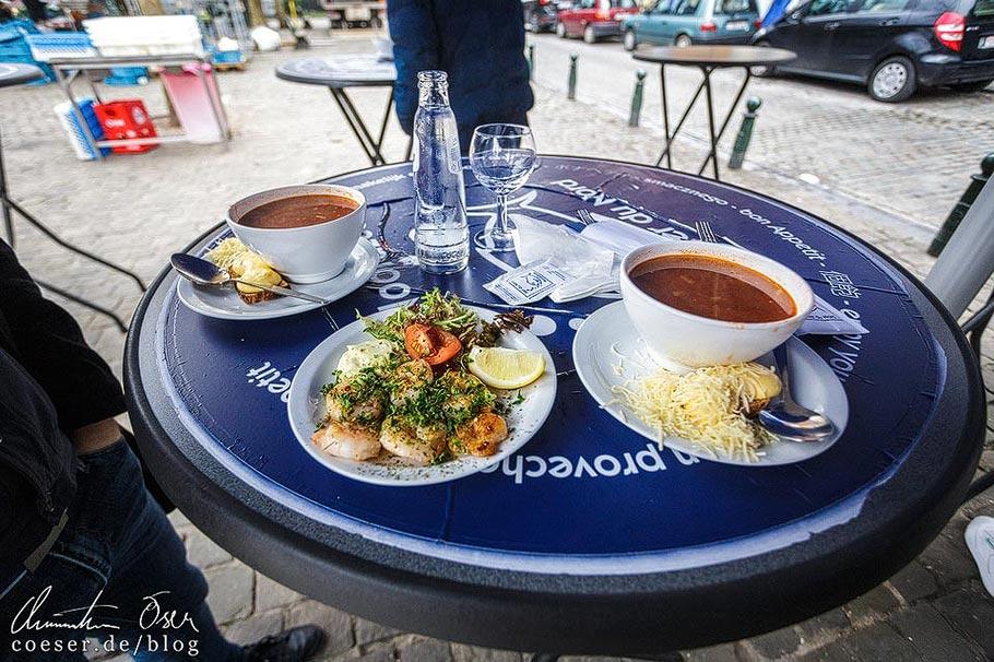 Fischsuppe auf einem Markt in Brüssel