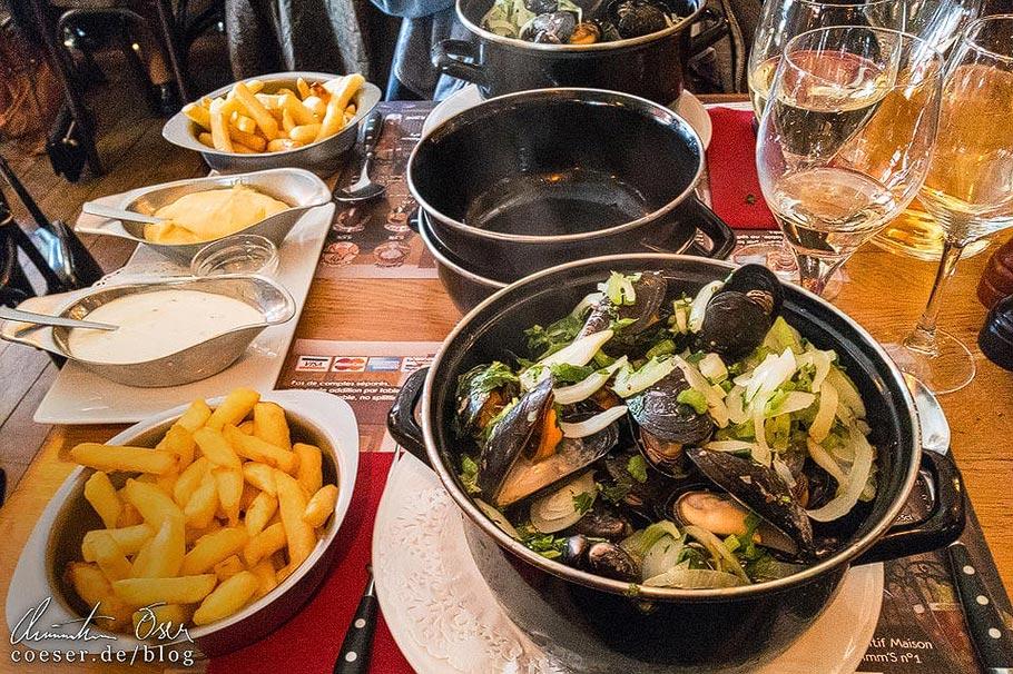 Moules-frites à la marinière in einem Restaurant in Brüssel
